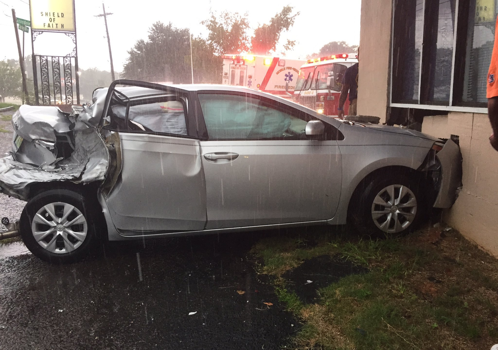 Car Hits Building on Springhill Ave 2_230975