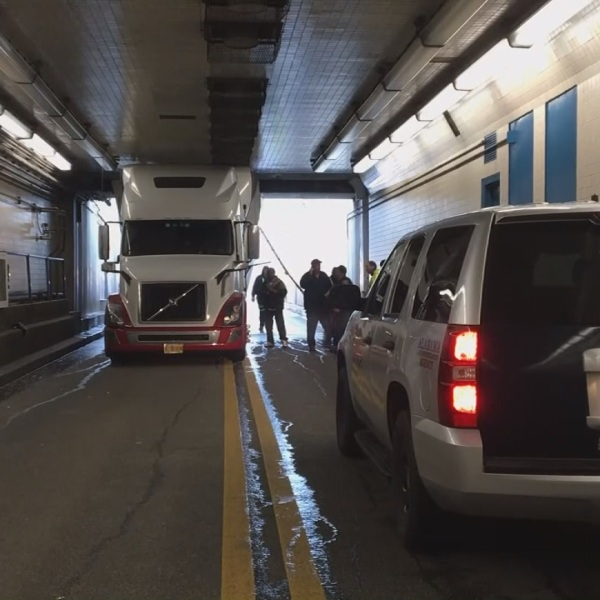 truck bankhead tunnel_370961