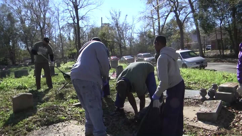 Scouts_help_clean_Oaklawn_Cemetery_8_20190105170632