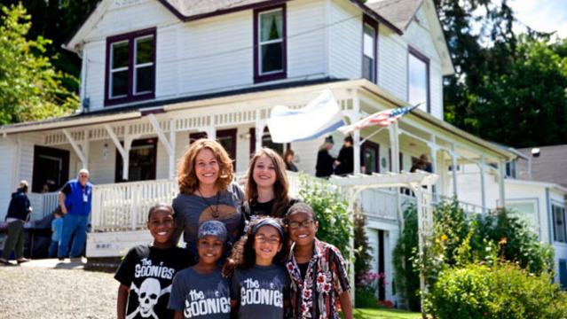 R Jen and Sarah Hart and family AP 16x9 template_1554382760006.jpg_80624170_ver1.0_640_360_1554468780460.jpg.jpg